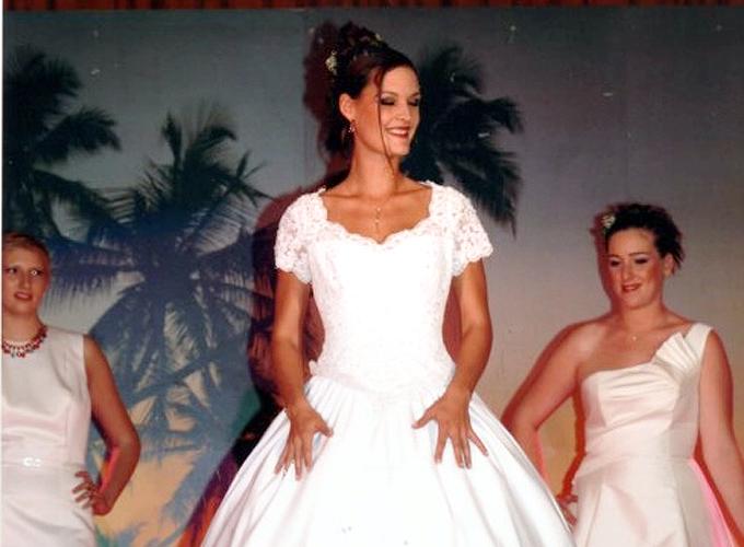 2003-27-SEPTEMBRE--ELECTION-MISS-PAYS-DES-BUIS--AVEC-DES-ROBES-DE-MARIES-PRETES-PAR-UN-GRAND-MAGASIN-PARISIEN